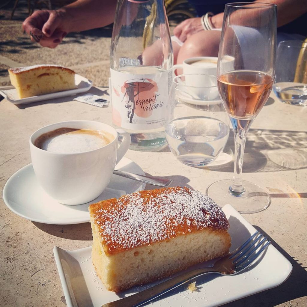 Orange cake with pink cava and caf con leche